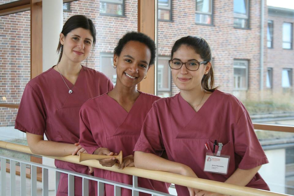 Anna (a destra) e Michela (a sinistra) sono diventate parte integrante del Team delle ostetriche dell'ospedale Bethesda, mentre Shaana ha iniziato il suo percorso di formazione.